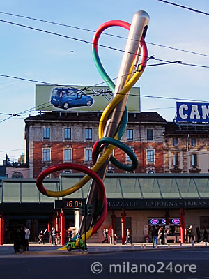 Sculpture needle, thread and knot in Piazza Cadorna