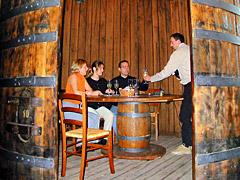 Weinprobe in einem großen Weinfass