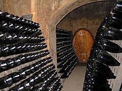 Klassische Flaschengährung im Weinkeller